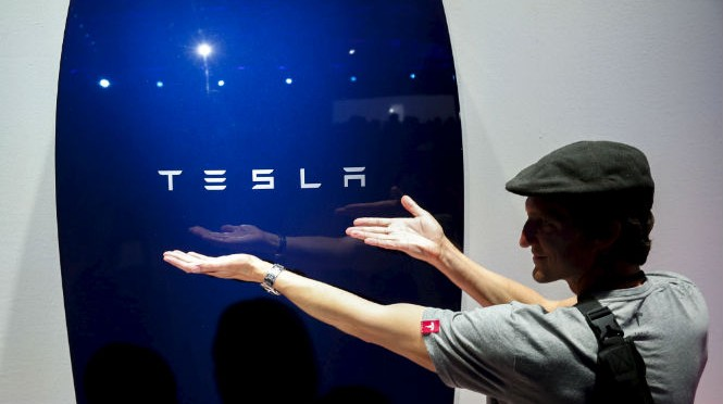 Tesla moves into batteries that store solar energy