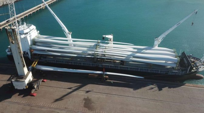 New model of wind energy blade is embarked from the Port of Pecém